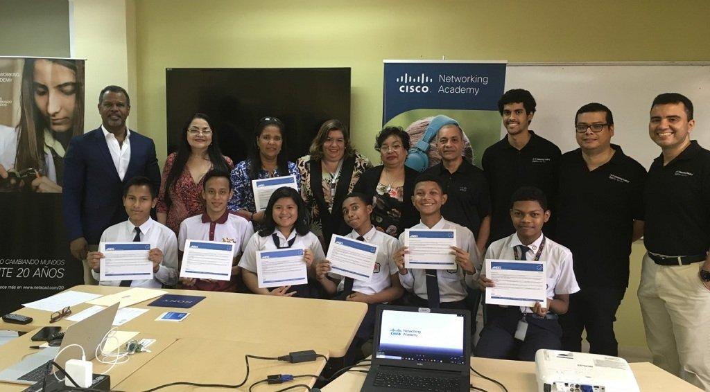 grupo_de_estudiantes_del_instituto_nacional_curso_de_programacion_en_python.jpg